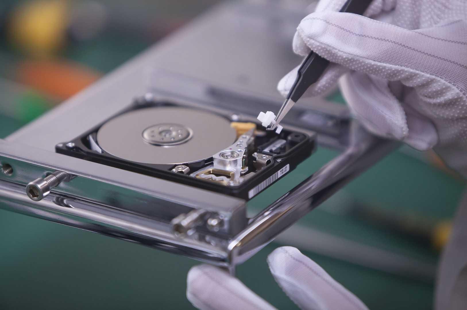 Hard Disk dettaglio in camera bianca